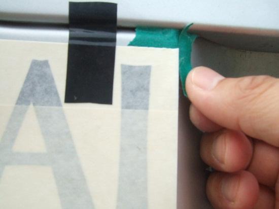 マスキングテープで角を決める作業